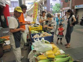 2013.7.7元町まちづくり会館前野菜販売 002.jpg